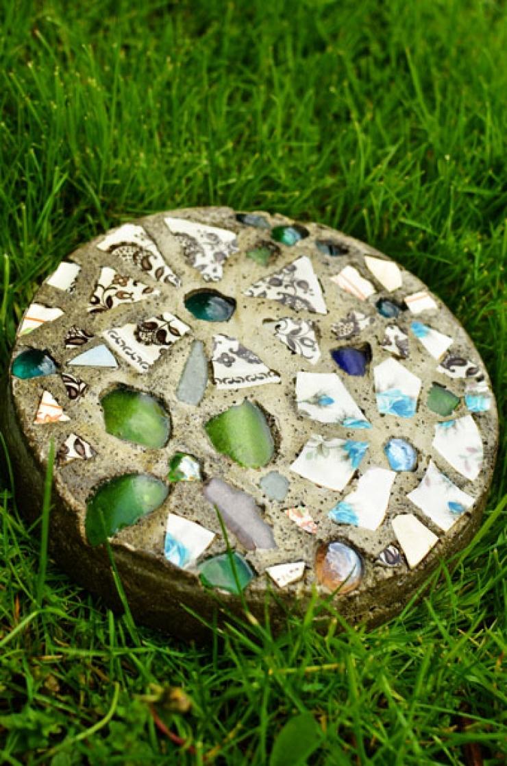 Fabriquer soi-même de jolies petites dalles de jardin ...