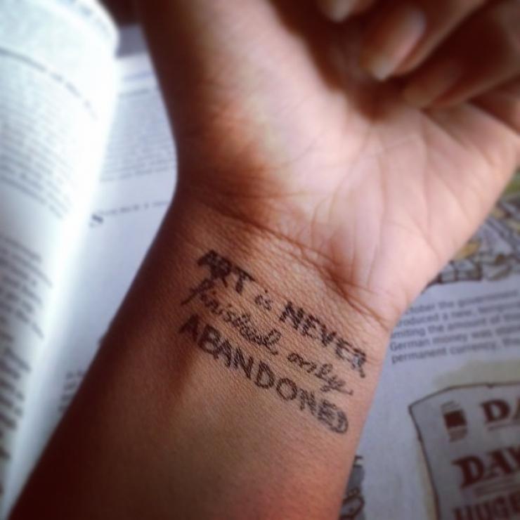 40 images qui pourraient vous inspirer si vous envisagez de vous offrir un tatouage au poignet. Black Bedroom Furniture Sets. Home Design Ideas