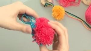 fabriquer un pompon en laine en quelques tapes. Black Bedroom Furniture Sets. Home Design Ideas