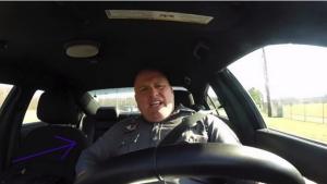Image illustrant l'article Un policier oublie que sa caméra tourne dans la voiture! Vous allez éclater de rire en voyant ce qu'il va faire!