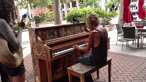 Image illustrant l'article Cette ville installe des pianos en rue mais personne n'était préparé au talent de ce SDF ! L'habit ne fait pas le moine...