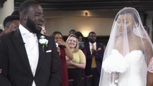 Image illustrant l'article Le marié voit sa future femme s'avancer dans l'église. En voyant sa réaction, tous les invités éclatent en pleurs...