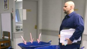 Image illustrant l'article Énervé par le système, cet homme débarque au ministère avec 5 brouettes... Regardez bien ce qu'il fait: