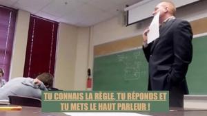 Image illustrant l'article Le téléphone d'une élève sonne et le prof l'oblige à répondre devant tout le monde... Mais il le regrette très vite ! (Vidéo)