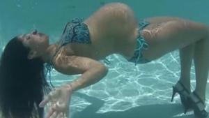 Image illustrant l'article Bikini et Talons Hauts, dans l'eau... Surprenant, mais la suite donnera surement des idées aux futures mamans!