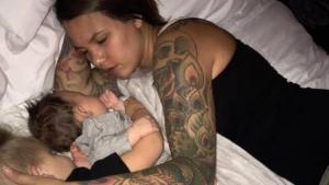 Image illustrant l'article Il photographie sa femme alors qu'elle dort mais en publiant le cliché sur internet, il est choqué par les réactions!