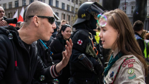 Image illustrant l'article Une femme Scout de 16 ans, seule devant un Néo-Nazi, la vidéo fait le tour du monde!